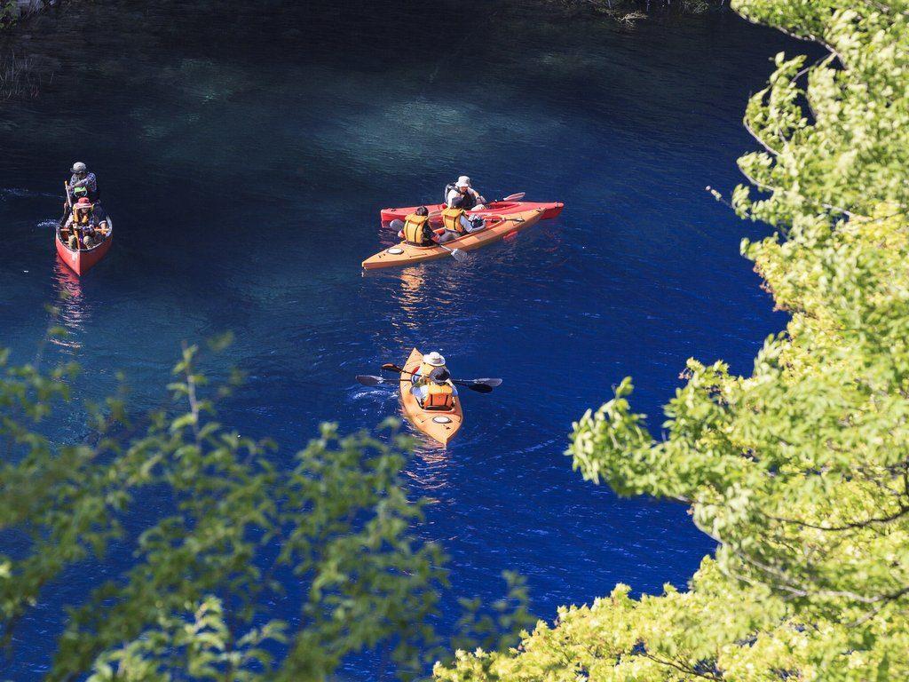 奥四万湖のカヌーと青い水