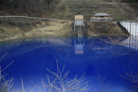 青の奥四万湖